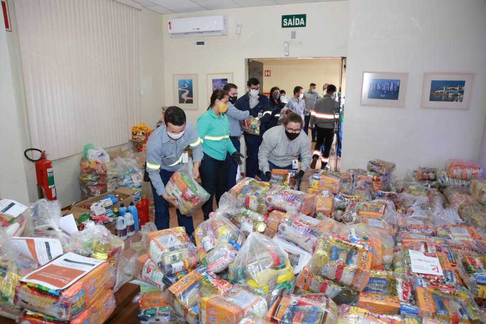 Empregados da Hydro arrecadam uma tonelada de alimentos em doações