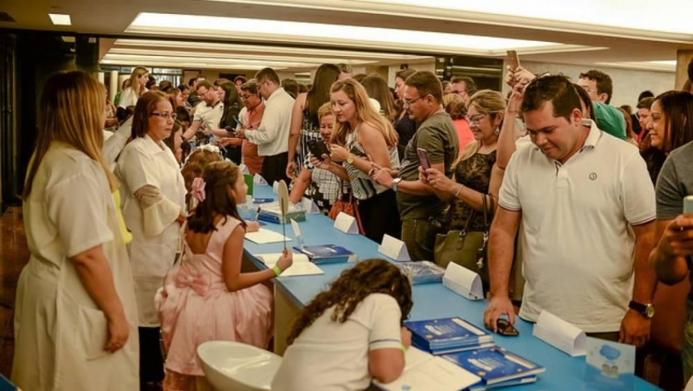Sessão de autógrafos reúne mais de 200 pequenos escritores