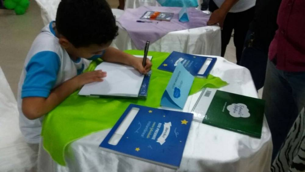 Marabá realiza sessão de autógrafos para alunos