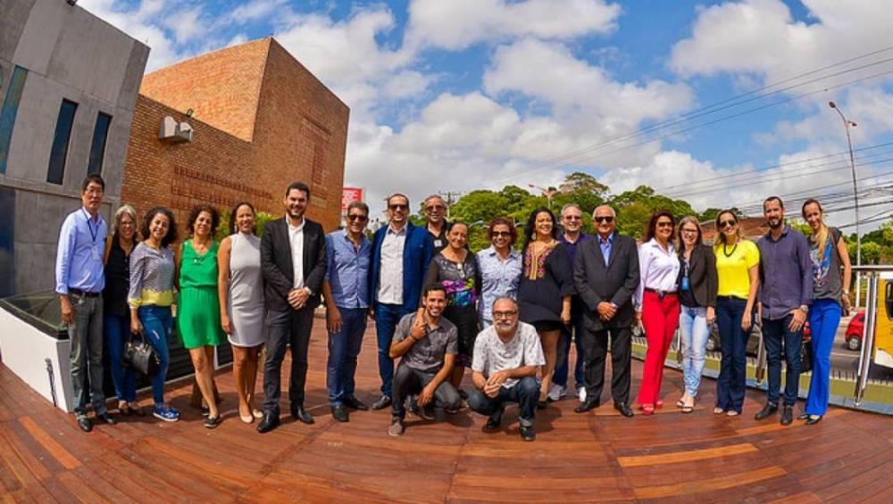 Jornalistas, produtores e artistas visitam o Teatro do SESI