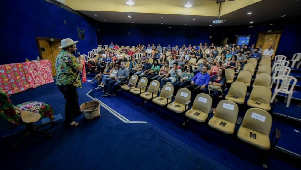IEL Pará homenageia estagiários com show de humor paraense